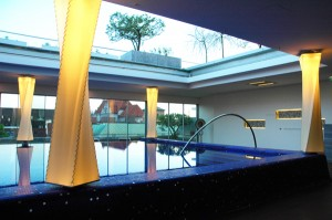 Grâce à ma double nationalité, Andrée Putman fait appel à moi pour la réhabilitation du spa de l'Hôtel Bayerischer Hof à Munich. Habillage de poteaux en lampions, niche et bassin recouverts de pâte de verre Bisazza et toit ouvrant sur un jardin en terrasse, de la technique à l'esthétique, ce projet m'a beaucoup appris ©AndréePutman 2006