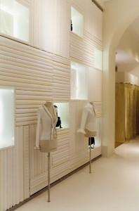 Mur imitation chemises pliées est fabriqué avec les vrais textiles d'Anne Fontaine. Encore une création sur mesure pour le lieu ©AndréePutman 2009